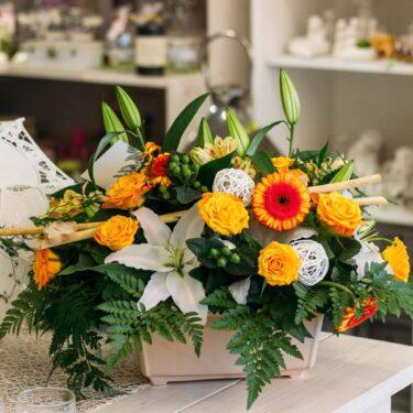 kompozycja kwiatowa w donicy