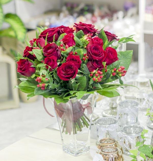 bukiet czerwone roze i kawa
